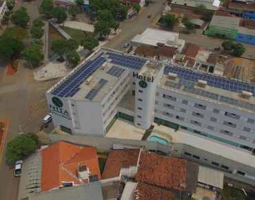 Hotel com placas de energia solar instaladas pela Solsist no teto