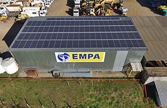 Prédio da empresa EMPA, com placas de energia solar instaladas pela Solsist no telhado